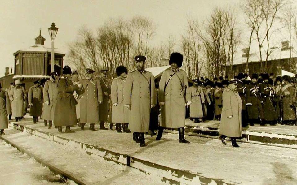 Ξεκινώντας από τη Μόσχα και τερματίζοντας στο Βλαδιβοστόκ της Μαντζουρίας, ο Υπερσιβηρικός πραγματοποιούσε το μεγαλύτερο σιδηροδρομικό ταξίδι παγκοσμίως, σε μήκος περίπου 9.500 χιλιομέτρων. Αριστερά, ο τσάρος Νικόλαος επισκέπτεται τον σιδηροδρομικό σταθμό του Μπομπρούισκ το 1904.