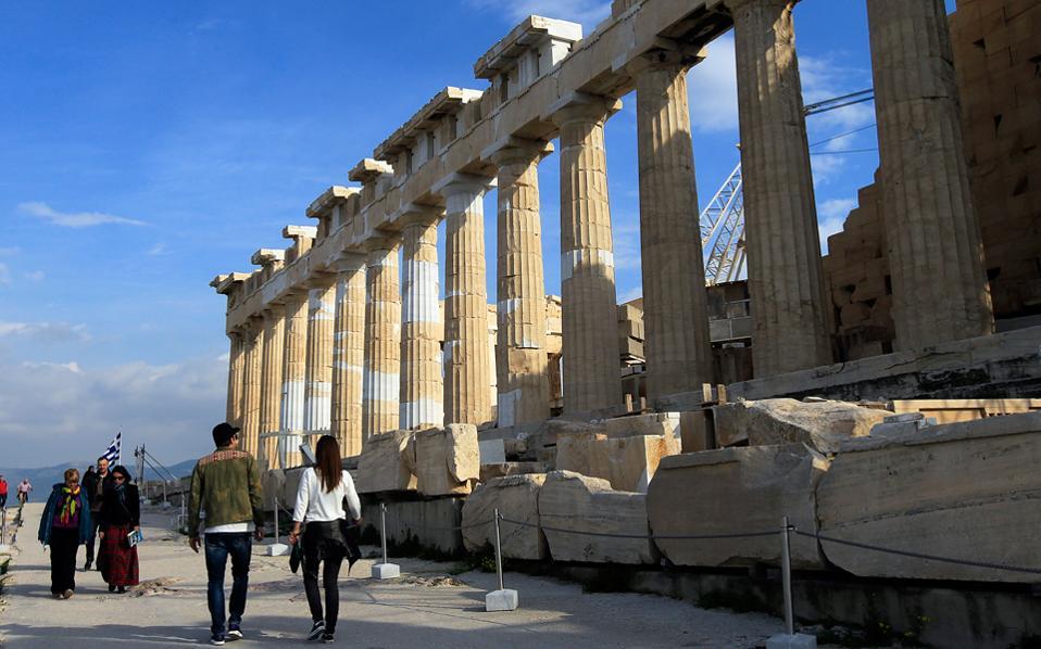 Οι τουριστικοί επιχειρηματίες έχουν ήδη στραμμένο το βλέμμα τους στη σεζόν του 2017, που όλα δείχνουν ότι το τουριστικό προϊόν θα παραμείνει υπερφορολογημένο. Είναι γεγονός, άλλωστε, ότι τη φετινή σεζόν ο ελληνικός τουρισμός παρέμεινε όρθιος, κυρίως χάρη στα προβλήματα που αντιμετώπισαν ανταγωνιστικοί προορισμοί, όπως η Τουρκία και η Αίγυπτος.
