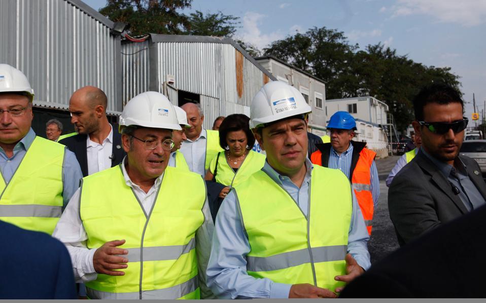 Στιγμιότυπο από την επίσκεψη του πρωθυπουργού στον υπό κατασκευή σταθμό του μετρό στη Νέα Ελβετία.