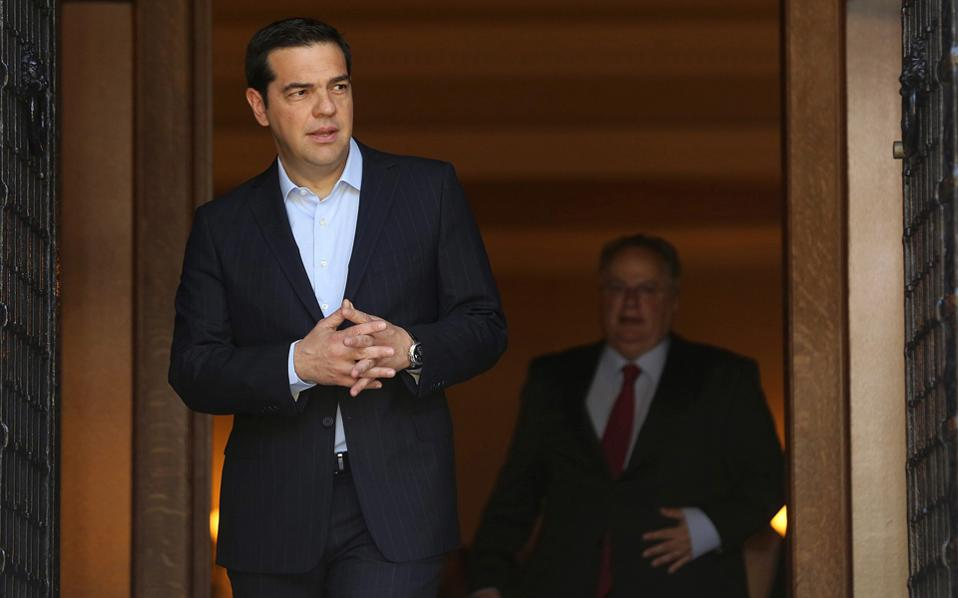 Ο πρωθυπουργός Αλέξης Τσίπρας κάνει... στροφή προς τα δεξιά.