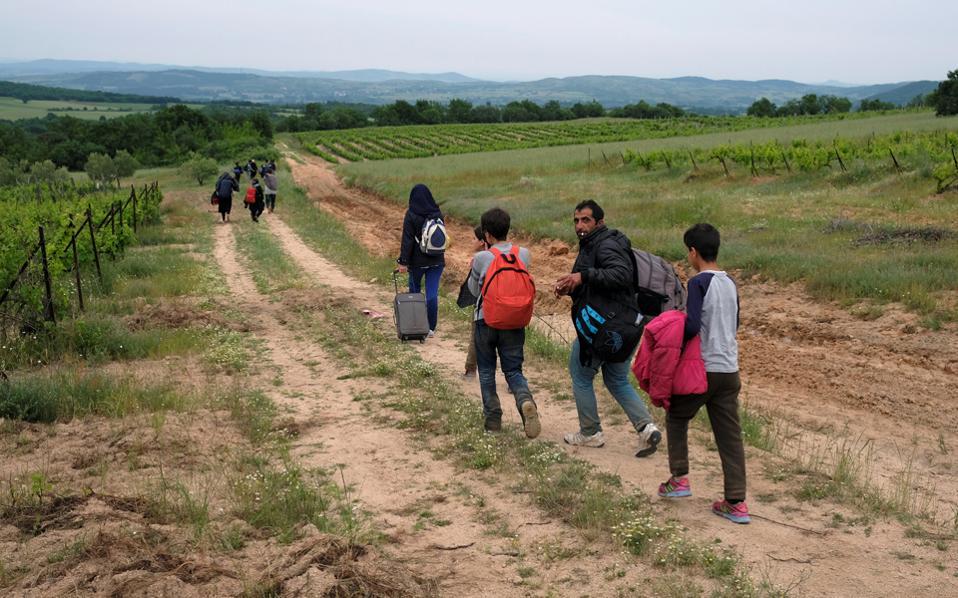 Στα σύνορα, τις ομάδες των προσφύγων παραλάμβαναν οι «περπατητές» για να τις περάσουν απέναντι.