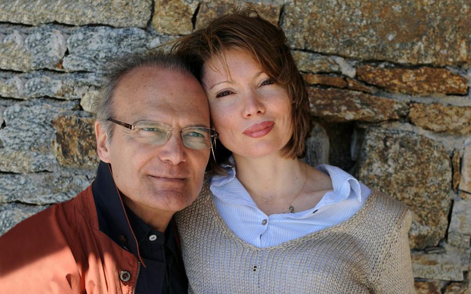 Στη φωτογραφία, ο δημοσιογράφος Αλέξανδρος Βέλιος με τη σύζυγό του Νάντια.