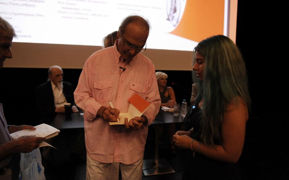 Ο Αλέξανδρος Βέλιος κατά την παρουσίαση του τελευταίου του βιβλίου «Εγώ κι ο θάνατός μου», που κυκλοφορεί από τις εκδόσεις Ροές.
