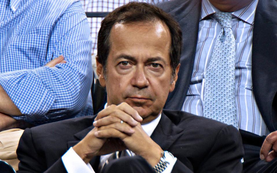 Σήμερα δραστηριοποιούνται στην ελληνική αγορά περί τα 220 hedge funds, αλλά και διεθνείς επενδυτικοί οίκοι. Από τα πιο γνωστά ονόματα είναι του Τζον Πόλσον (φωτό), που είναι βασικός μέτοχος στην ΕΥΔΑΠ, της Fidelity, της Fairfax κ.ά.