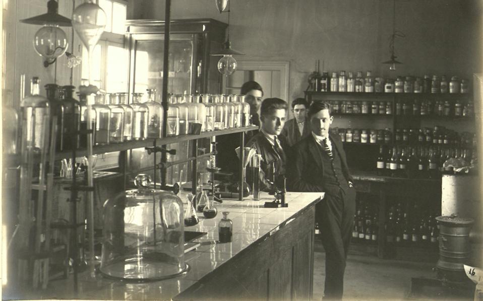 «Χημικοί επί το έργον». Ιστορική φωτογραφία του συλλέκτη Γιώργου Παυλόπουλου από την έκθεση στην Ελευσίνα. Οι περισσότεροι βιομήχανοι του «Κύκλου της Ζυρίχης» είχαν σπουδάσει Χημεία.