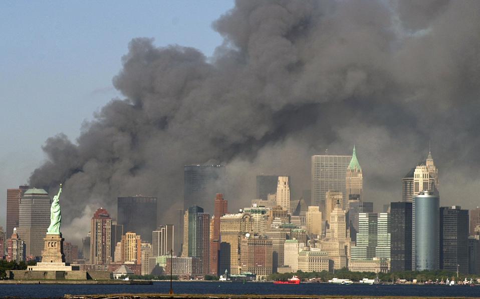 Πυκνός καπνός τυλίγει το Νότιο Μανχάταν στις 11/09/2011. Στην αγωγή εναντίον της σαουδαραβικής κυβέρνησης, οι συγγενείς των θυμάτων υποστηρίζουν ότι οι επιθέσεις διευκολύνθηκαν από κρατικούς υπαλλήλους.