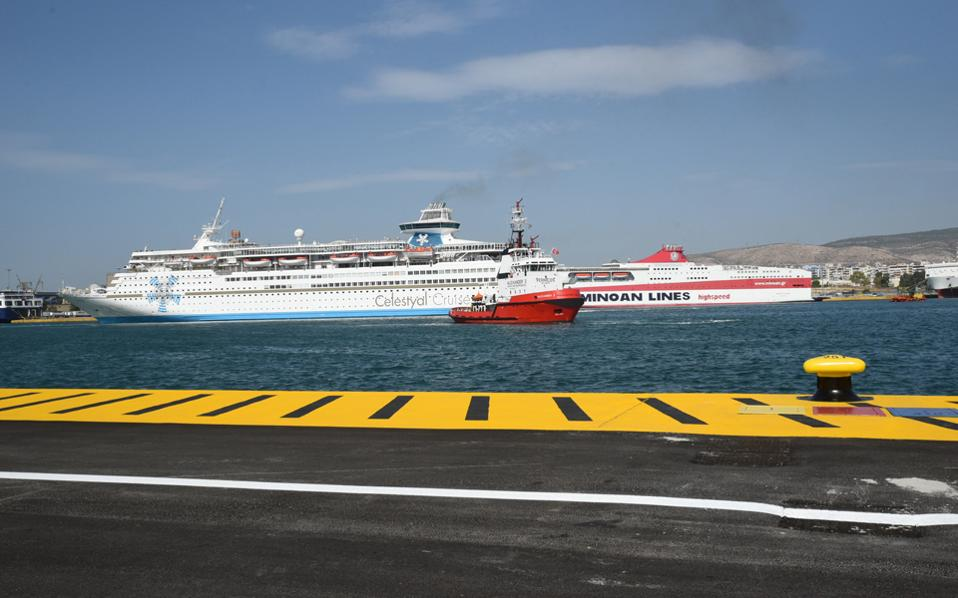Τον νέο προβλήτα κρουαζιερόπλοιων του ΟΛΠ στην περιοχή του Αγίου Νικολάου εγκαινίασε χθες ο πρόεδρος του Δ.Σ. της China Cosco Shipping Corporation Limited, Σου Λιρόνγκ. Στόχος της Cosco, τόνισε ο κ. Λιρόνγκ, είναι να αυξήσει τη διακίνηση επιβατών κρουαζιέρας στον Πειραιά, από 1 εκατ. τον χρόνο σήμερα σε 1,5 εκατ. βραχυπρόθεσμα και στα 3 εκατ. μακροπρόθεσμα. Παράλληλα, η κινεζική εταιρεία θα επιταχύνει τις επενδύσεις για την επέκταση του λιμανιού της κρουαζιέρας.