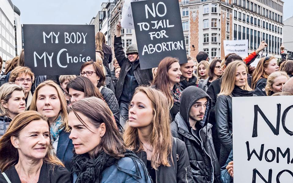 Χιλιάδες γυναίκες –και άνδρες– από την Πολωνία διαδήλωσαν χθες στους δρόμους των Βρυξελλών, κοντά στο κτίριο της Ευρωπαϊκής Επιτροπής, κατά του νομοσχεδίου που κατατέθηκε προς συζήτηση στο κοινοβούλιο της Βαρσοβίας από μικρό συντηρητικό κόμμα και προβλέπει την πλήρη απαγόρευση κάθε άμβλωσης, για οποιονδήποτε λόγο και εάν πραγματοποιείται, επιβάλλοντας ποινές φυλάκισης και μεγάλα χρηματικά πρόστιμα σε εγκύους και ιατρούς. Ανάλογες διαδηλώσεις, αλλά και αποχή από την εργασία τους, πραγματοποίησαν γυναίκες σε μεγάλες πόλεις της Πολωνίας.