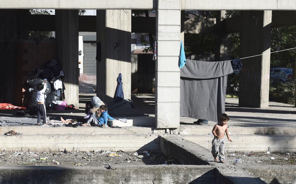 Πρόσφυγες και μετανάστες έχουν βρει καταφύγιο σε ένα εγκαταλελειμμένο κτίριο στη Θεσσαλονίκη.