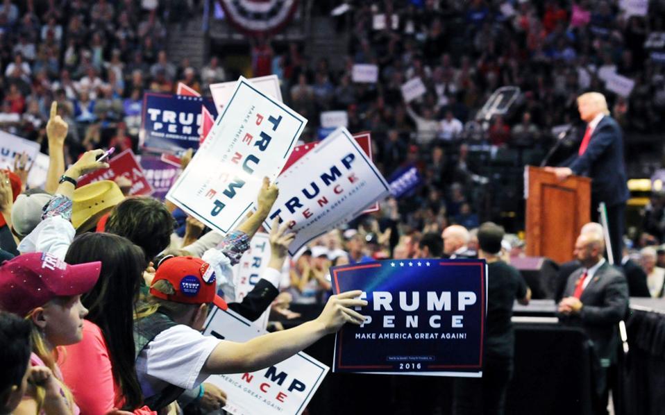 Πλήθος κόσμου παρακολούθησε την προεκλογική συγκέντρωση του Ντ. Τραμπ στο Λάβλαντ του Κολοράντο.