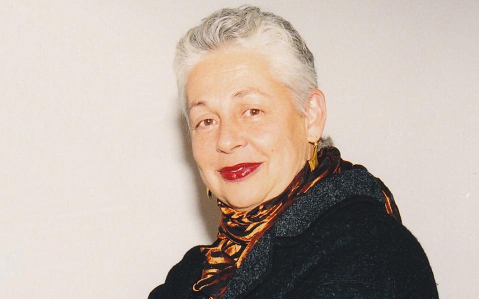 Η Λίντα Μπένγκλις, παιδί μεταναστών τρίτης γενιάς με ρίζες από το Καστελλόριζο, γεννημένη το 1941 στην πολυπολιτισμική Λουιζιάνα, ενηλικιώθηκε καλλιτεχνικά στη Νέα Υόρκη και «σκαρφάλωσε» στη διεθνή εικαστική σκηνή.