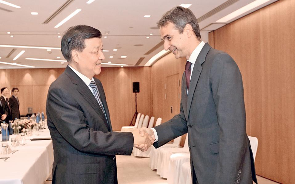 Θερμή χειραψία του προέδρου της Ν.Δ. Κυρ. Μητσοτάκη με το μέλος της Εκτελεστικής Επιτροπής του Πολιτικού Γραφείου και της Γραμματείας της Κεντρικής Επιτροπής του Κομμουνιστικού Κόμματος Κίνας, Λιου Γιουνσάν.