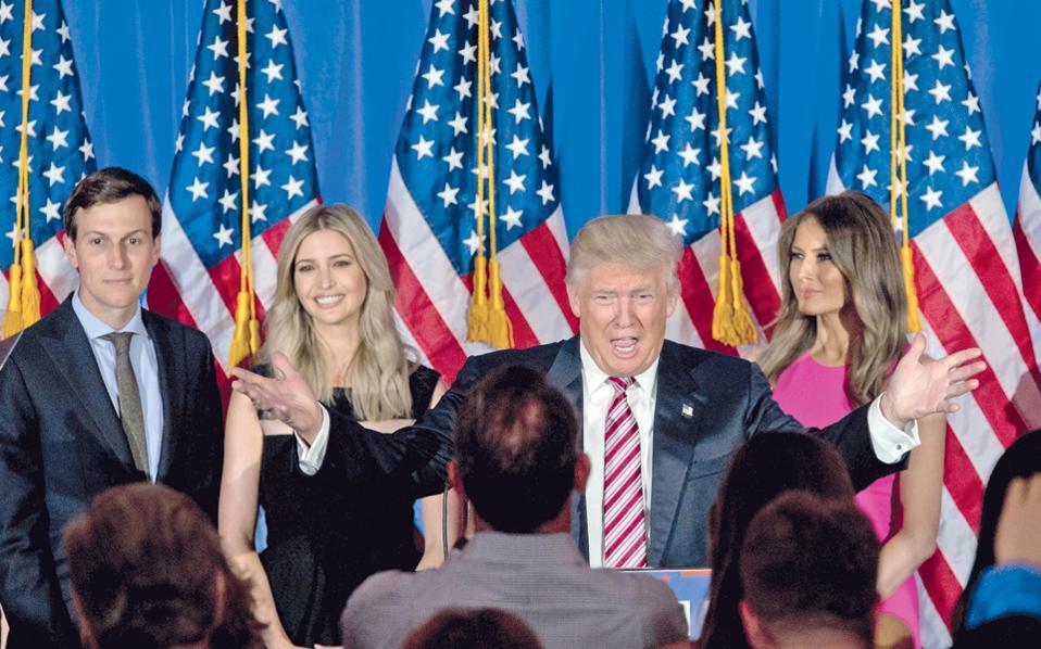 Ο Τραμπ στις 7 Ιουνίου στη Νέα Υόρκη, πλαισιωμένος από την κόρη, τον γαμπρό και τη σύζυγό του Μελάνια.