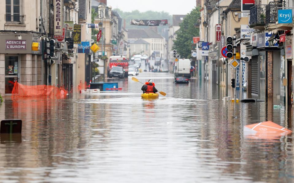 Oι επιστήμονες προειδοποιούν ότι στο άμεσο μέλλον οι άνθρωποι θα έρχονται συχνά αντιμέτωποι με πλημμύρες και άλλα ακραία καιρικά φαινόμενα.