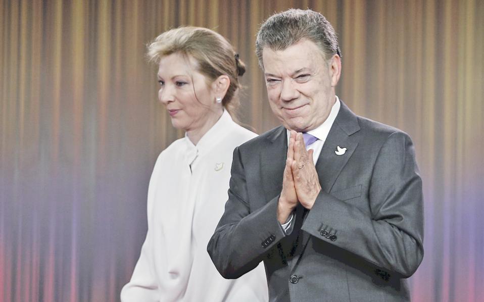 Ο πρόεδρος της Κολομβίας, Χουάν Μανουέλ Σάντος, λίγο μετά την ανακοίνωση της βράβευσής του με Νομπέλ Ειρήνης. Ως υπουργός Αμυνας, ο Σάντος είχε αναζητήσει στρατιωτική λύση στην εξέγερση των ανταρτών FARC, αλλά ως πρόεδρος διαπραγματεύθηκε ιστορική ειρηνευτική συμφωνία. Η επιτροπή Νομπέλ ενεθάρρυνε τις προσπάθειες για ειρήνευση, παρά την οριακή απόρριψη της συμφωνίας.