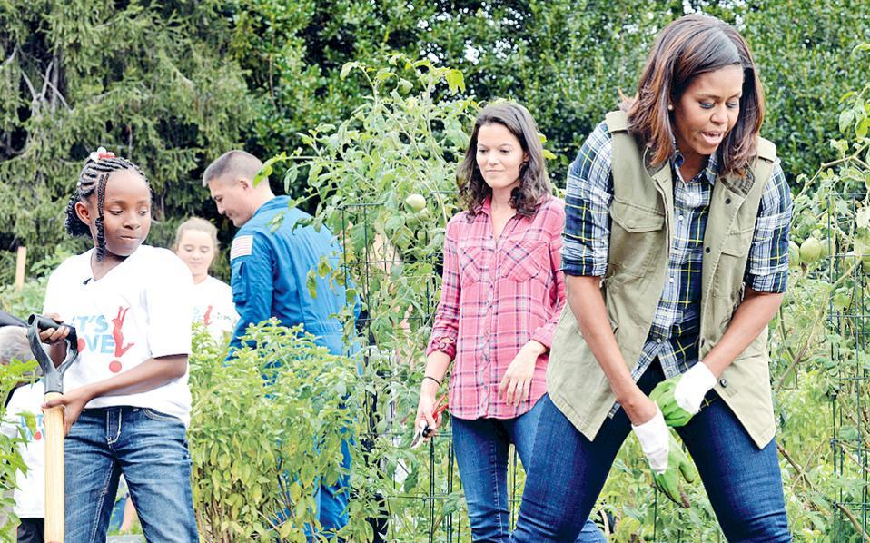 Η Μισέλ Ομπάμα προσκάλεσε παιδιά την Πέμπτη στον κήπο του Λευκού Οίκου για να μαζέψουν τα προϊόντα του λαχανόκηπου.