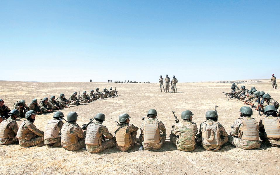 Μαχητές σουνιτικών αραβικών δυνάμεων εκπαιδεύονται στην τουρκική βάση της Μπασίκα, στο Βόρειο Ιράκ, ενόψει της σχεδιαζόμενης εκστρατείας για την εκδίωξη του Ισλαμικού Κράτους από τη Μοσούλη.