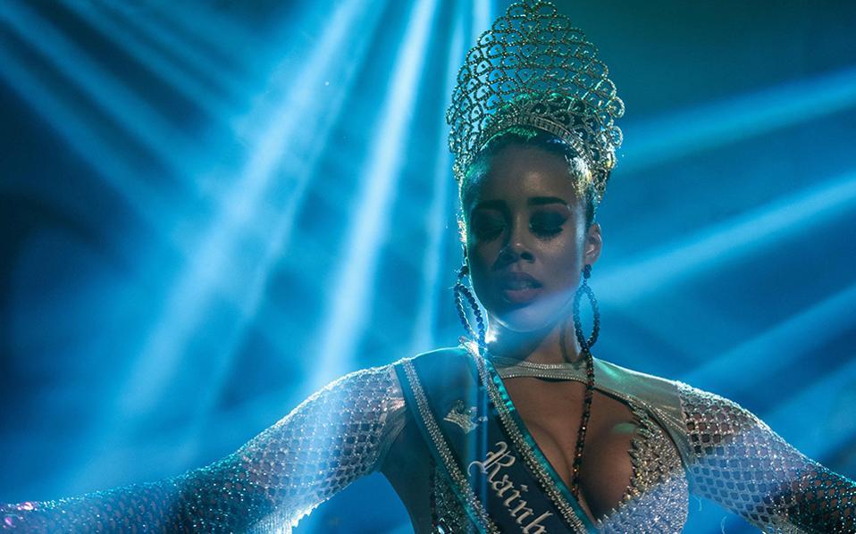Νάτη η βασίλισσα! Ανάμεσα στους προβολείς της σκηνής και μετά την νίκη, εμφανίστηκε με τρακ, η νέα βασίλισσα του καρναβαλιού του Ριο ντε Τζανέιρο. Η Uillana Maria Alves Adaes νίκησε άνετα τις άλλες υποψήφιες, με την καλλονή και τον χορό της. Σίγουρα στο μέλλον θα δούμε περισσότερα από την όμορφη Βραζιλιάνα. AFP / YASUYOSHI CHIBA