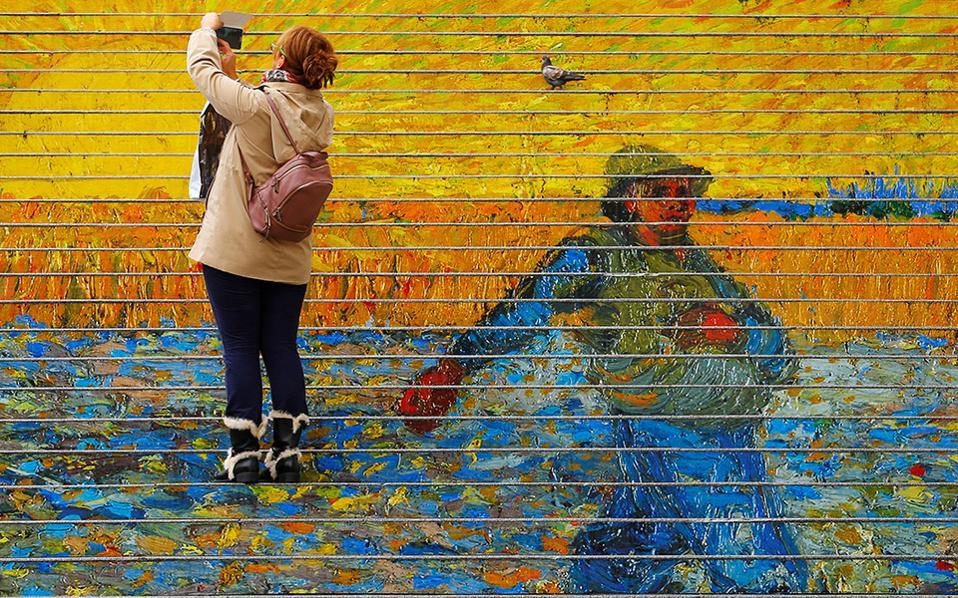 Κίτρινο και μπλε. Γέμισε χρώμα το κτίριο του μουσείου Albertina στην Βιέννη. Τα σκαλοπάτια στολίστηκαν με ώριμα στάχυα και λαμπερούς ήλιους,  έτσι όπως ο  Vincent van Gogh ήξερε να ζωγραφίζει. Αυτά τα σκαλοπάτια είναι και η καλύτερη διαφήμιση της έκθεσης που το μουσείο φιλοξενεί στο εσωτερικό του. REUTERS/Heinz-Peter Bader