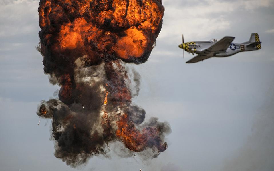 Η απελευθέρωση του κόσμου. Μια αερομαχία του Β' Παγκοσμίου Πολέμου αναβίωσε στον ουρανό του Los Alamitos στην Καλιφόρνια, στο πλαίσιο της 15ης συνάντησης των  Wings, Wheels, Rotors. The Orange County Register/SCNG via AP