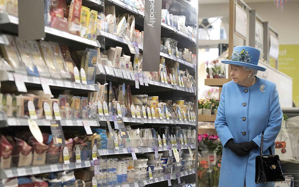 H Ελισάβετ στο σούπερ μάρκετ. Με ενδιαφέρον και προσοχή κοιτούσε η Βασίλισσα τα άριστα τακτοποιημένα προϊόντα στα ράφια. Είναι άλλωστε μέσα στα καθήκοντά της, να έχει την έννοια για την καθημερινή ζωή των Βρετανών. Έτσι στην διάρκεια επίσκεψης στην πόλη του Poundbury, επισκέφθηκε το κατάστημα  Waitrose όπου εκτός από μια σύντομη συνομιλία με τους υπαλλήλους θαύμασε και τα προϊόντα της αγγλικής γης.  REUTERS/Justin Tallis/Pool