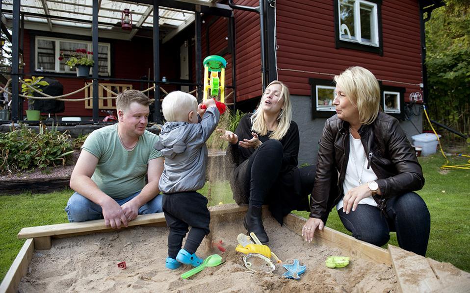 Μητέρα και γιος από την ίδια μήτρα. Αμέριμνος παίζει ο Albin υπό τα βλέμματα των γονιών του και της γιαγιάς του, στο  Bergshamra της Σουηδίας. Η μητέρα του, Emelie Eriksson, υπεβλήθη πριν από κάποιο διάστημα σε μεταμόσχευση μήτρας, με δότρια την ίδια της την μητέρα Marie. Σήμερα, η νεαρή γυναίκα έχει αποκτήσει ένα υγιέστατο παιδί από την ίδια μήτρα από την οποία γεννήθηκε και εκείνη. Δεν είναι υπέροχη η εξέλιξη της επιστήμης; AP Photo/ Niklas Larsson