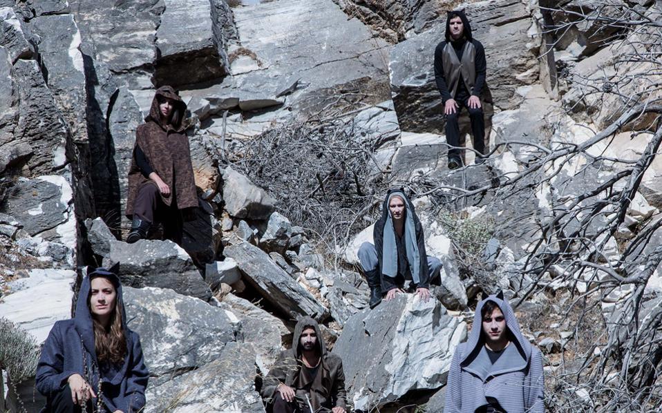 Για τον κόσμο των ζώων και των αγώνων «στο κάλεσμα της άγριας φύσης» του Jack London μιλάει η αλληγορική παράσταση της παραγωγής της «Στέγης» «Θέατρο για όλους» (εκτός «Στέγης») σε όλη την Eλλάδα.
