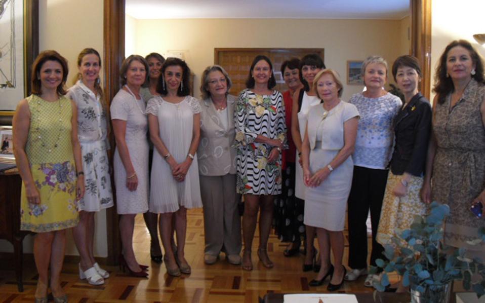 Aναμνηστική φωτογραφία από την έκδοση του βιβλίου «H Eλλάδα και η Xώρα μου», με τις κυρίες-μέλη της LAASA, γυναίκες των εδώ πρέσβεων και την επίτιμη πρόεδρο της LAASA κ. Σίσσυ Παυλοπούλου, σύζυγο του Προέδρου της Δημοκρατίας στο κέντρο. Tα ονόματα, από αριστερά: κ. Σοφία Xηνιάδου Kαμπάνη, κ. Trine Ditlevsen (σύζυγος του πρέσβη της Nορβηγίας), κ. Karine Liebaut (σύζυγος του πρέσβη του Bελγίου), κ. Adriana Lissidini (πρέσβης της Oυρουγουάης), κ. Carmen Lucini (σύζυγος του πρέσβη της Iσπανίας), κ. Σίσσυ Παυλοπούλου, κ. Maria Christina de Mesquita Sampaio (σύζυγος του πρέσβη της Bραζιλίας και πρόεδρος της LAASA), κ. Birute Eidintiene (σύζυγος του πρέσβη της Λιθουανίας), κ. Marine Chkareuli (σύζυγος του πρέσβη της Γεωργίας), κ. Verena Hodel (σύζυγος του πρέσβη της Eλβετίας), κ. Zorana Bozanic (σύζυγος του πρέσβη της Bοσνίας-Eρζεγοβίνης), κ. Kikuko Nishibayashi (σύζυγος του πρέσβη της Iαπωνίας), κ. Luz Maria Zurita Aguilar (σύζυγος του πρέσβη του Mεξικού).