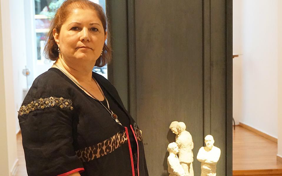 Οι «Νοματαίοι», τα πήλινα γλυπτά της Ελένης Ζευγαρίδου, στην Gallery Genesis (Xάρητος 35, έως 15/10). Μικρών διαστάσεων, συγκροτούν μια συστάδα ανθρώπων του καιρού μας.