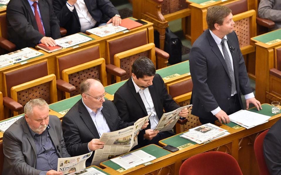Συμβολική ανάγνωση της εφημερίδας «Νεπσαμπατζάγκ» στο ουγγρικό Κοινοβούλιο. Βουλευτές του ουγγρικού σοσιαλιστικού κόμματος διαμαρτύρονται με αυτόν τον τρόπο για την αναστολή έκδοσης της μεγαλύτερης αντιπολιτευόμενης εφημερίδας της χώρας. Ο Αυστριακός επενδυτής που χρηματοδοτούσε την εφημερίδα αποσύρθηκε, ενώ οι μοναδικοί υποψήφιοι αγοραστές πρόσκεινται στην κυβέρνηση Ορμπαν, η οποία κάνει ένα ακόμη βήμα για τον έλεγχο του εκδοτικού τοπίου.