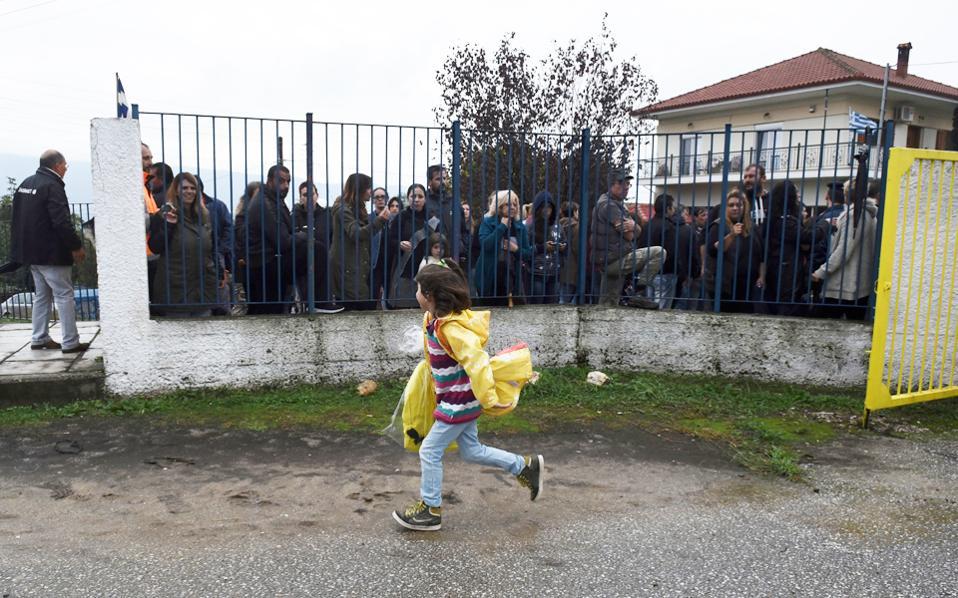Προσφυγοπούλα τρέχει στον αυλόγυρο του Δημοτικού Σχολείου Προφήτη του Δήμου Βόλβης. Στο σχολείο μπήκε μαζί με τα άλλα παιδιά προσφύγων, γύρω στις 3 μ.μ., από την πλαϊνή πόρτα και με την παρουσία αστυνομικών, καθώς την κεντρική είσοδο είχαν αποκλείσει κάτοικοι της περιοχής που αντιδρούν στο πρόγραμμα.