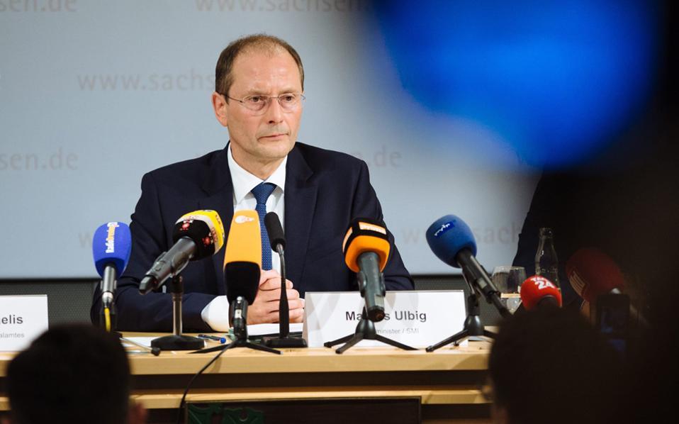 Ο υπουργός Εσωτερικών της Σαξονίας Μάρκους Ούλμπικ περιγράφει τα εκρηκτικά που κατασχέθηκαν.