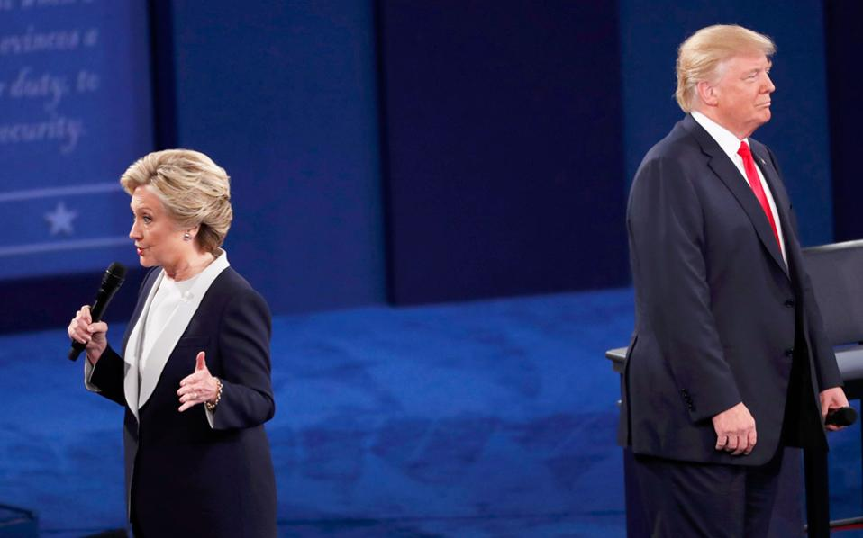Ντόναλντ Τραμπ και Χίλαρι Κλίντον στο ντιμπέιτ, την Κυριακή, στο Σεν Λούις του Μιζούρι.