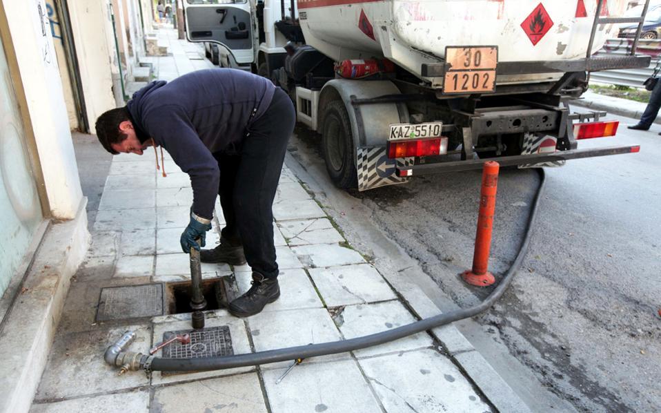 Η διάθεση του πετρελαίου θέρμανσης, σε τιμή που θα κινηθεί περίπου στα 93 λεπτά το λίτρο από 83 λεπτά το λίτρο πέρυσι, θα ξεκινήσει το ερχόμενο Σάββατο.