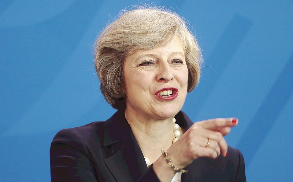 Μιλώντας στο Reuters, παράγοντες της αγοράς απέδωσαν την απομάκρυνση των επενδυτών από το βρετανικό νόμισμα στην επικρατούσα αντίληψη ότι η κυβέρνηση της Τερέζα Μέι θα προχωρήσει στο «σκληρό» Brexit.