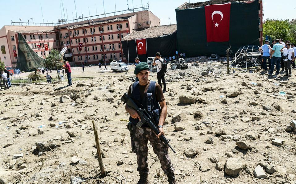 Τούρκοι στρατιώτες φρουρούν την περιοχή που επλήγη από φονική βομβιστική ενέργεια στο Ελαζίγκ της Ανατολικής Τουρκίας, τον Αύγουστο.