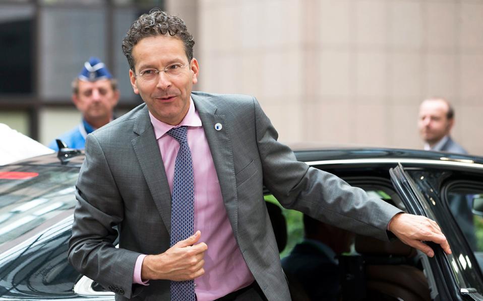 Αποστάσεις από την Κομισιόν κράτησε ο υπουργός Οικονομικών της Ολλανδίας και πρόεδρος του Eurogroup Γερούν Ντάισελμπλουμ, o οποίος δήλωσε ότι δεν είναι σωστό και πρέπον οι χώρες της Ευρώπης να στέλνουν τελεσίγραφα στην Επιτροπή της Βασιλείας.