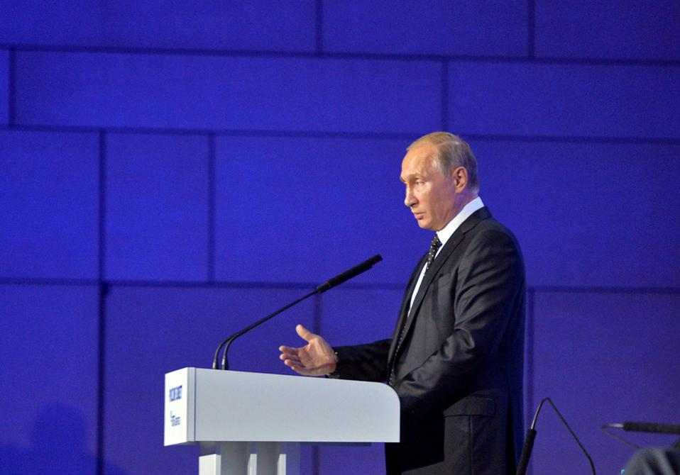 Ο Ρώσος πρόεδρος κατά τη χθεσινή ομιλία του σε ετήσιο επενδυτικό φόρουμ στη Μόσχα.