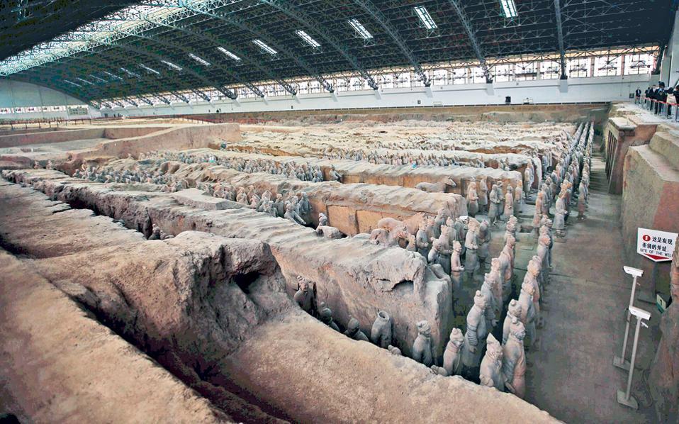 Επηρεασμένη από την αρχαιοελληνική τέχνη φαίνεται να είναι η κατασκευή των 8.000 στρατιωτών από τερακότα που βρέθηκαν στο ταφικό μνημείο του Πρώτου Αυτοκράτορα.