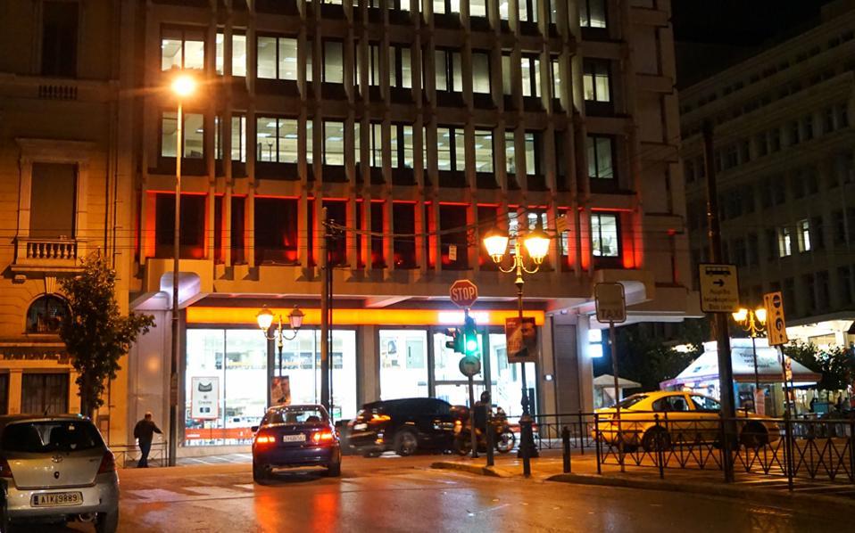 Η νυχτερινή όψη της γωνίας Σταδίου και Κοραή, με νέο κατάστημα στο ισόγειο.