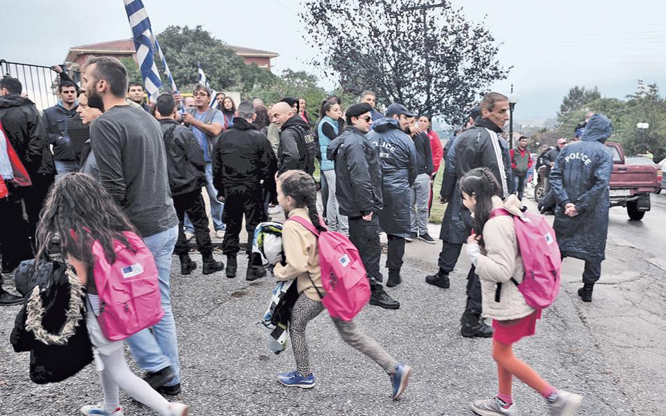 Συνεχίζονται οι αντιδράσεις στον Δήμο Βόλβης για τα μαθήματα σε προσφυγόπουλα στο δημοτικό σχολείο του χωριού Προφήτη. Χθες το πρωί, μόλις 20 από τους 130 εγγεγραμμένους μαθητές πήγαν για μάθημα.