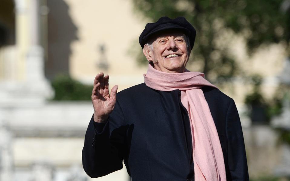 Ο Ντάριο Φο, ο διάσημος θεατρικός συγγραφέας και πολυπράγμων δημιουργός, κάτοχος του Νομπέλ Λογοτεχνίας, απεβίωσε από πνευμονία σε ηλικία 90 ετών. Ηγετική μορφή της πολιτικής σάτιρας, συγγραφέας δημοφιλών έργων, ο Ντάριο Φο απασχόλησε την κοινή γνώμη επί σειρά δεκαετιών τόσο με το στρατευμένο καλλιτεχνικό έργο του όσο και με τις πολιτικές συγκρούσεις που προκαλούσε. Μοναδικός στον αυτοσχεδιασμό και με βαθιά κοινωνική ενσυναίσθηση, ο Ντάριο Φο υπήρξε μορφή του ευρωπαϊκού 20ού αιώνα.