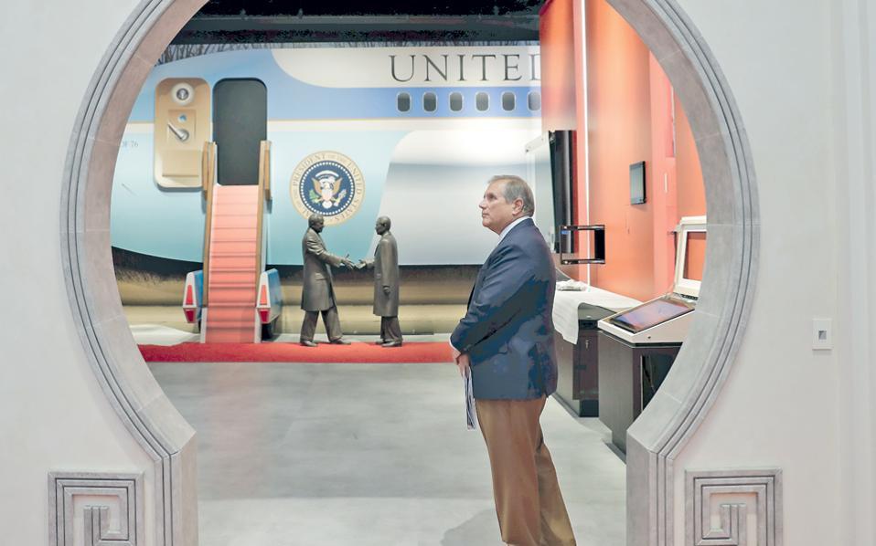 Ο διευθυντής του Μουσείου «Νίξον», Μάικλ Ελζεϊ, στέκεται μπροστά στο τμήμα της έκθεσης που αφορά την επίσκεψη του πρώην Αμερικανού προέδρου στην Κίνα. Το κόστος ανακαίνισης του μουσείου ανήλθε σε 15 εκατ. δολάρια.