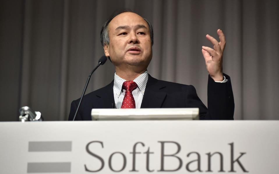 Η ιαπωνική Softbank (στη φωτ. ο πρόεδρός της, Μασαγιόσι Σον), με κεφαλαιοποίηση 68 δισ. δολαρίων, αποτελεί έναν γίγαντα των τηλεπικοινωνιών και επενδύσεων στην τεχνολογία και έχει αρχίσει να επενδύει σε νέους τομείς της οικονομίας. Τον περασμένο Ιούλιο εξαγόρασε τη βρετανική εταιρεία κατασκευής μικροεπεξεργαστών ARM.
