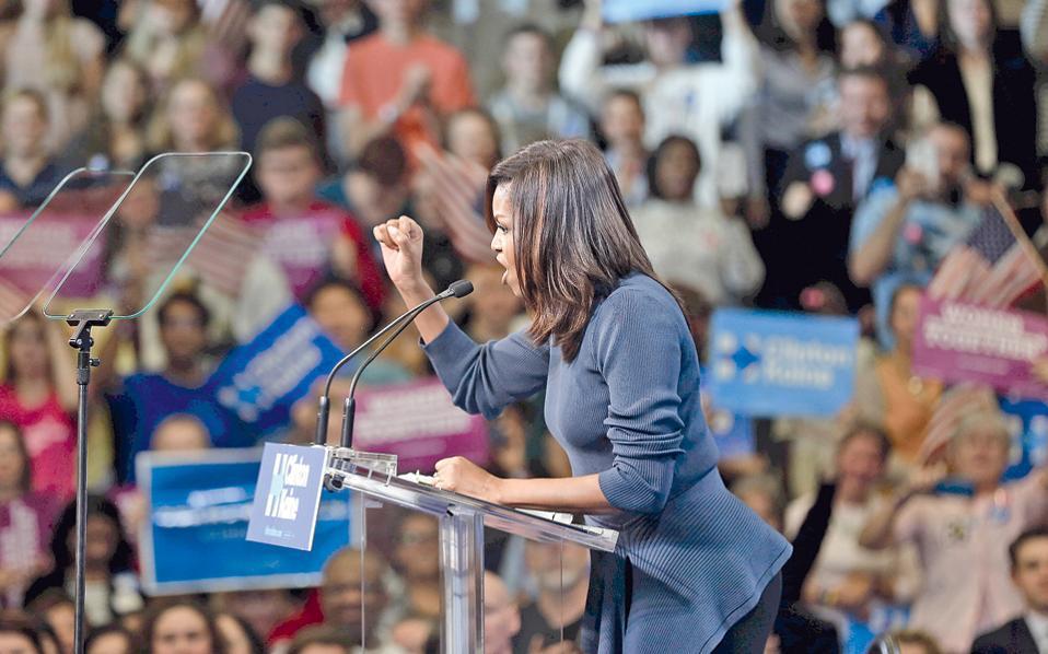 Η Μισέλ Ομπάμα κατακεραυνώνει τους άνδρες που από θέση ισχύος επιτίθενται σεξουαλικά σε γυναίκες, όπως πράττει, κατά δική του ομολογία, ο υποψήφιος των Ρεπουμπλικανών Ντόναλντ Τραμπ. Η Πρώτη Κυρία των ΗΠΑ δήλωσε προσωπικά θιγμένη από τη χυδαιότητα του Τραμπ και χαρακτήρισε αδιανόητο το ενδεχόμενο να παραμείνει ο δημόσιος λόγος σε αυτά τα επίπεδα άλλα τέσσερα χρόνια. Η ομιλία της κ. Ομπάμα θεωρήθηκε η πιο ισχυρή συνηγορία υπέρ της Χίλαρι Κλίντον, η οποία τις τελευταίες ημέρες κρατάει χαμηλό προφίλ.