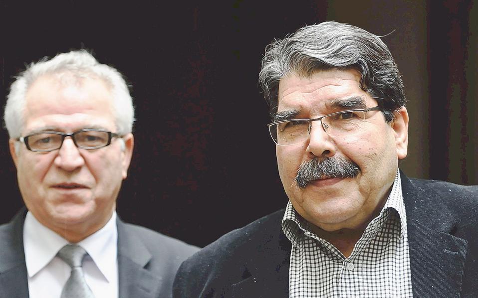 Ο ηγέτης των Κούρδων της Συρίας Σαλέχ Μουσλίμ (δεξιά) συνοδεύεται από τον εκπρόσωπο των ομοεθνών του στη Γαλλία Χαλέντ Ισα, καθώς προσέρχεται σε συνέντευξη Τύπου στο Παρίσι.