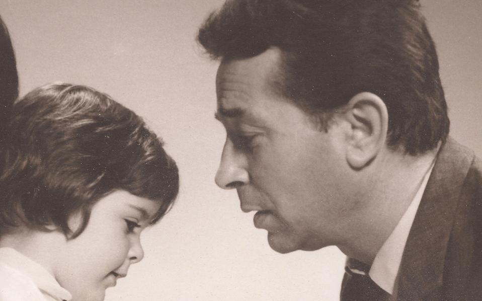 Ο Ιάκωβος Καμπανέλλης με την κόρη του Κατερίνα το 1967.