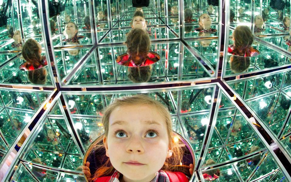 Μια οκτάχρονη Γερμανίδα σε μουσείο του Πότσνταμ, στην Ανατολική Γερμανία.