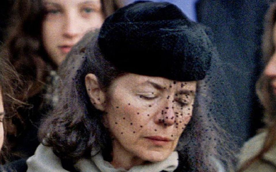 Η Αν Πενζό, συντετριμμένη, στην κηδεία του Φρανσουά Μιτεράν το 1996.