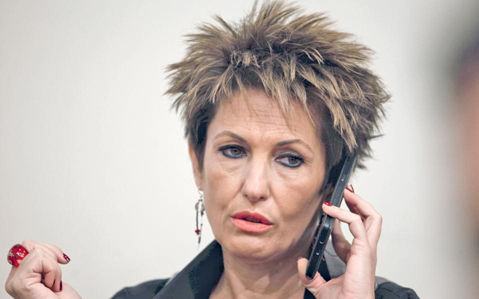 Η κ. Αννέτα Καββαδία του ΣΥΡΙΖΑ έχει προβλήματα, όπως δείχνει το ύφος της. Της συνιστώ να ξεκινήσει τακτοποιώντας το απλούστερο: να βρει ένα κομμωτήριο της προκοπής – αρκετά πια με τη μέθοδο «βρεγμένο δάχτυλο στην πρίζα»...